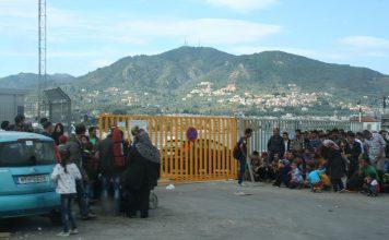 Zuwanderer im Hafen von Mytilini auf Lesbos.