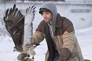 Ivan als Mann mit einem seiner Falken. © José Haro