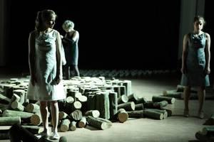 "Szene aus ""Atropa"" mit Susanne Bormann, Jule Gruner und Gina Henkel. © Daniela Incoronato (Foto)"