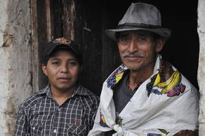 Don Lucio Sanchez und Sabino Gonzales vor Dona Edmundas Küche, Rio Blanco, Intibuca, Honduras. © Foto: Knut Hildebrandt, 2014