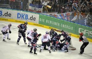 Eine Spieler-Traube vorm Tor der Berliner Eisbären. © Foto: Joachim Lenz
