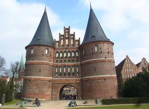 """Das Holstentor (""""Holstein-Tor"""") ist das wohl bekannteste und bedeutendste erhaltene Stadttor des Spätmittelalters in Deutschland und begrenzt die Innenstadt der Hansestadt Lübeck nach Westen. Es gehört zu den Überresten der Stadtbefestigung. © WELTEXPRESS, Foto: Elke Backert"""