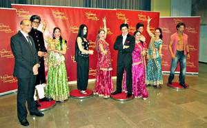 Echtes und täuschend Echtes: Der indische Botschafter (links), die Tänzerinnen und die fünf Bollywood-Wachsfiguren. © WELTEXPRESS, Foto: Roland K. Fuchs