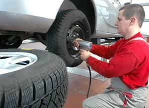 Wer auf Nummer sicher gehen möchte, der lässt den Reifenwechsel am besten von einer Werkstatt vornehmen. © Foto: GTÜ