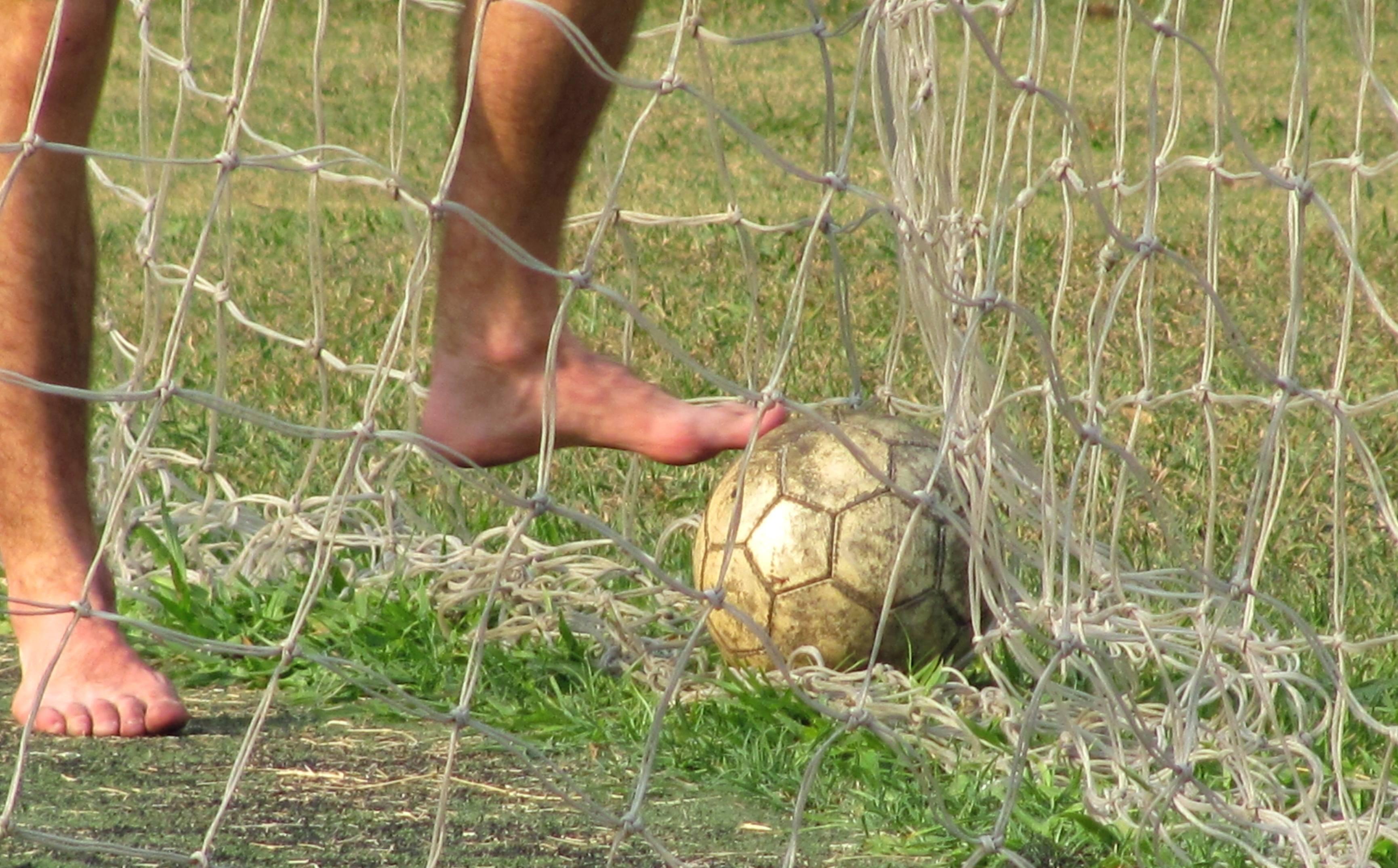 Fussball Ball Fuesse Beine Netz Rasen Symbolbild Qf Pixel