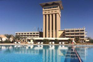 Ein Mann sitzt auf einer Liege und niemand im Pool. Das ist die Lage in vielen Hotels wie in diesem Hotel auf der Nil-Insel Elefantine bei Assuan. © 2017, Münzenberg Medien, Foto: Stefan Pribnow