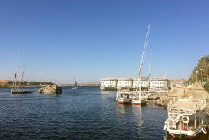 Flusskreuzfahrtschiffe und Feluken auf dem Nil bei Assuan. © 2017, Münzenberg Medien, Foto: Stefan Pribnow