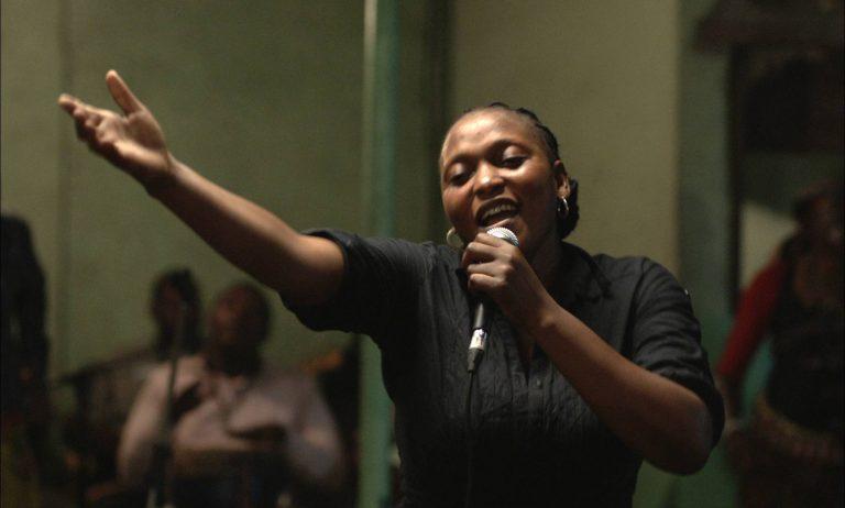 """Berlinale – Starke Stimme im Kongo – In """"Félicité"""" sammelt eine Sängerin Geld für die Operation ihres Sohnes"""