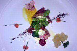 """""""Cubietta"""" Gran Magro mit Käsemousse und mit Zitrusfrüchten auf einem Salatbett samt Birnen-Kompott. © 2017, Münzenberg Medien, Foto: Stefan Pribnow"""