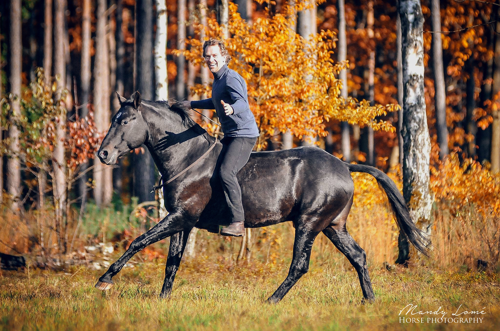 Liberty-Reiten mit Halsring auf Pasjo. Auch im Gelände ist sicheres Reiten mit Halsring möglich, wenn das Pferd gut ausgebildet ist und gegenseitigesVertrauen zwischen Reiter und Pferd besteht. BU Jossy Reynvoet 2015 © Mandy Lomé