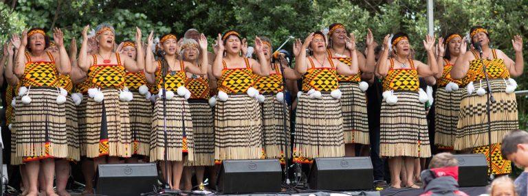 """Maori-Gesänge auf der Berlinale – Dalvanius Prime, ein massiger Maori mit kräftig-weicher Stimme und die Sänger des Patea Maori Club in dem Dokumentalfilm """"Poi E: The Story of Our Song"""""""