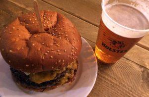 """Burger und Bier im """"Curry & Beer"""" Ende März 2017 in Berlin. Im Curry & Beer Ende März 2017 in Berlin. © 2017, Münzenberg Medien, Foto: Stefan Pribnow"""