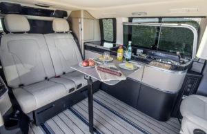 Der neue Marco Polo – 250 BlueTEC, Interieur, Stoff Santiago seidenbeige, Küchenmodul, klappbarer und verschiebbarer Tisch, Bodenbelag in Yachtoptik hell. © Daimler