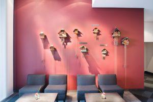Klassische Kuckucksuhren im Mövenpick Hotel Stuttgart Airport und Messe. © Mövenpick Hotels und Resorts