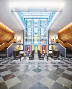 Vor den Fahrstühlen des Mövenpick Hotels Stuttgart Airport und Messe. © Mövenpick Hotels und Resorts