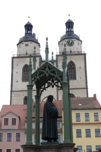 Wittenberger Stadtkirche mit Lutherdenkmal. © 2017, Foto: Bernd Kregel