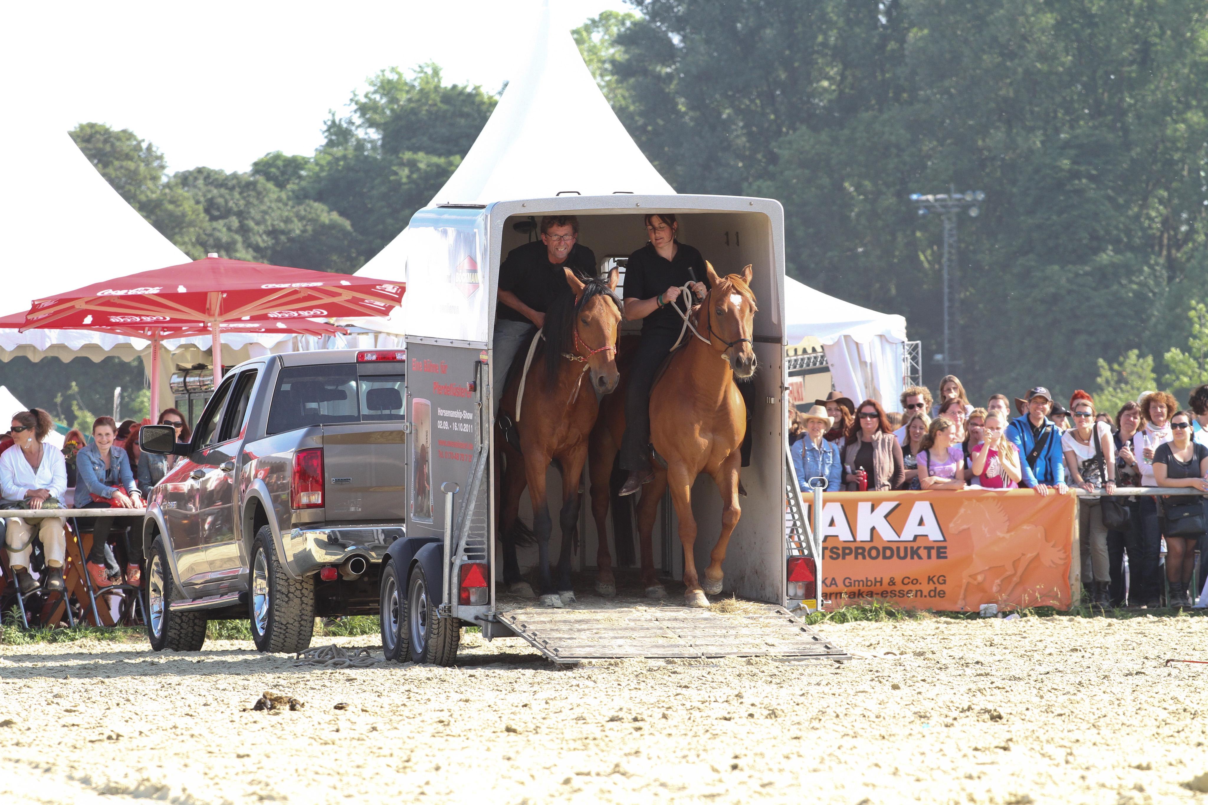 Uwe Weinzierl und Natascha Spegt, rückwärts in den Hänger gelingt nur, wenn das Pferd seinem Reiter absolut vertraut, Open Air Equitana, Neuss, BU Paschel 2012. © Weinzierl, Foto: Tanja van Uden