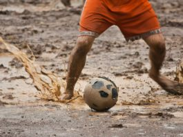 Fußball im Schlamm.