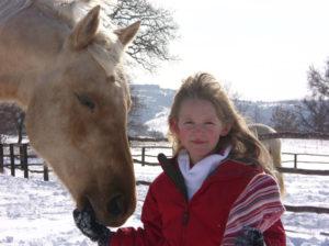 """Die Tochter Nell ist auch mit zehn Jahren schon ein """"Pferdemensch"""", der von Oakey voll respektiert wird. Wichtig ist auch das Zusammensein mit dem Pferd, ohne etwas von ihm zu fordern. © 2015, AsvaNara, BU: Bernd Paschel"""