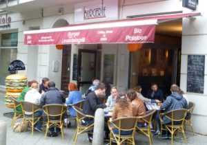 Außenansicht der Burgerie an der Schönhauser Allee in Berlin. BU: Stefan Pribnow, Bild: © Burgerie, Dennis Milow