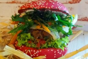 Ein Redbun-Burger mit viel Grün. BU: Stefan Pribnow, Bild: © Burgerie, Dennis Milow
