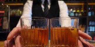 Ein Barkeeper, zwei Drinks.