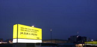 Propanda am Flughafen in Wien-Schwechat.
