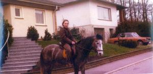 Ich auf Welsh B -Wallach Bronko 1975 , Ehranger Heide bei Trier.©Eva Maria Limmer,Foto-I.v.Massow, BU Eva Maria Limmer