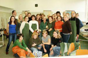 Hiltrud Strasser inmitten ihrer Absolventinnen eines Ausbildunskurses für Hufpfleger. Riga 2009, © Hiltrud Strasser, Foto: Natalija Aleksandrova