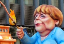 Angela Merkel als Pappkameradin im Karneval.