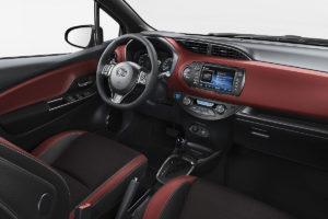 Der Toyota Yaris: Schön zweifarbig auch innen. BU: Stefan Pribnow, Bild: © Toyota