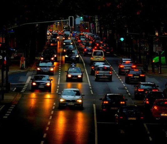 Autos sind in der Stadt.