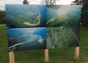 Ein Schild bei Schillig zeigt vier Luftbilder. Eines zeigt nicht das Wangerland. © 2016, Münzenberg Medien, Foto: Stefan Pribnow