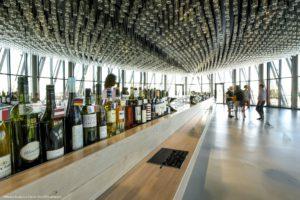 Weinbar im La Cité du Vin mit Ausblick über Stadt, Land und Fluss. © Photos Anaka, La Cité du Vin, XTU Architects