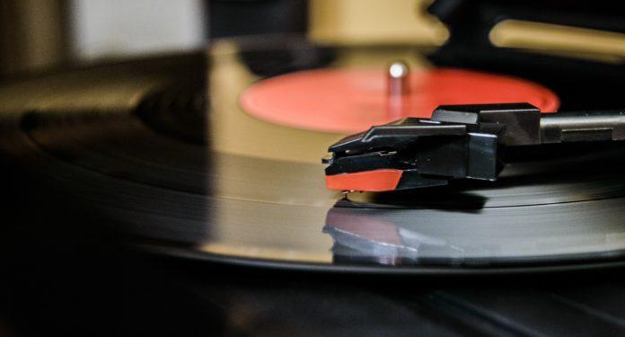 Eine Schallplatte auf einem Plattenspieler.