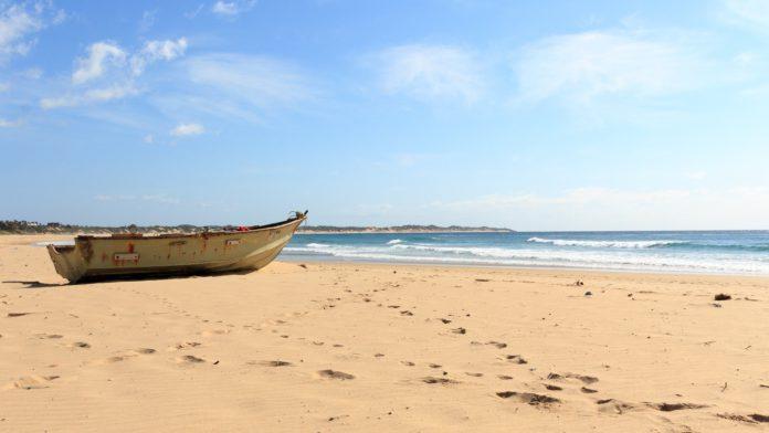 Boot am Strand einer Buch in Afrika.