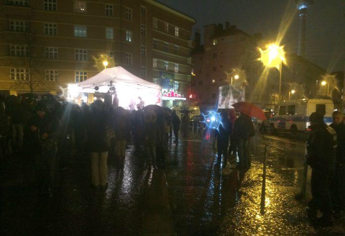 Kundgebung vor dem Kino Babylon auf dem Rosa-Luxemburg-Platz in Berlin.