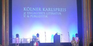"""Timothy Grossman spricht auf der Preisverleihung mit dem Titel """"Kölner Karlspreis für engagierte Literatur und Publizistik"""" im Kino Babylon."""