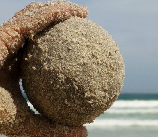 Handball aus Sand.