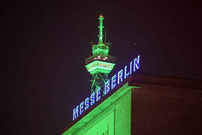 Grün angestrahlter Fernsehturm zur Grünen Woche in Berlin.