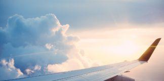 Der Flügel eines Flugzeugs am Himmel.