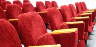 Stühle in einem Kino.