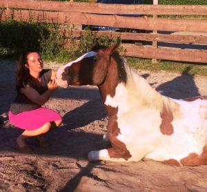 """Alexandra Wilhelm:"""" Das Pferd heißt Indian Girl (Rain). Sie ist eine ehemalige Patientin mit chronischer Hufrehe. Die ehemalige Besitzerin hat sie mir damals geschenkt. Keiner glaubte mehr, dass das Pferd nach 5 Jahren chronischer Hufrehe nochmal irgendwann gesund werden würde... Ist jetzt mein liebstes Reitpferd, ein Goldstück.""""BU Bernd Paschel, 2016-©Alexandra Wilhelm"""