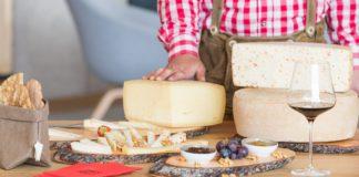 Auf der Berghütte Oberholz werden Käse und Weine angeboten.