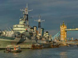 Ein altes Kriegsschiff auf der Themse in London.