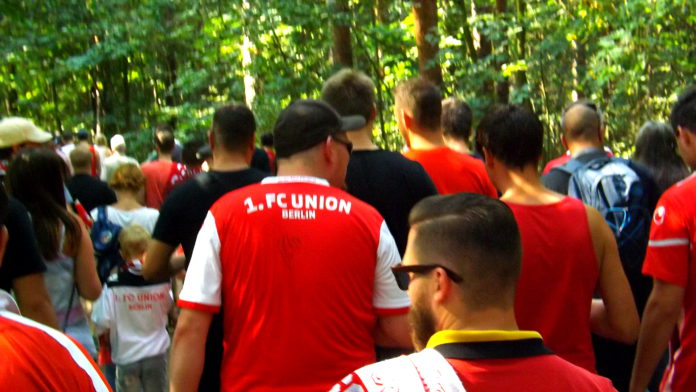 Fans des 1. FC Union Berlin in der Wuhlheide.