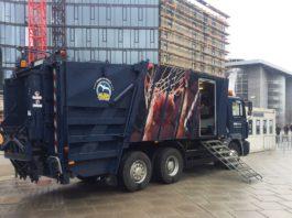 Ein Müllwagen des Berliner Garbage Teams parkt vor der Spreehalle zwischen Oberbaumbrücke und Ostbahnhof.
