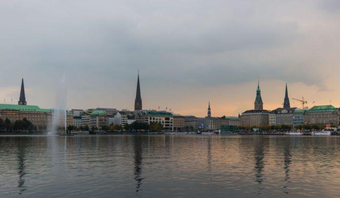 Blick über die Binnenalster auf den Jungfernstieg in Hamburg.