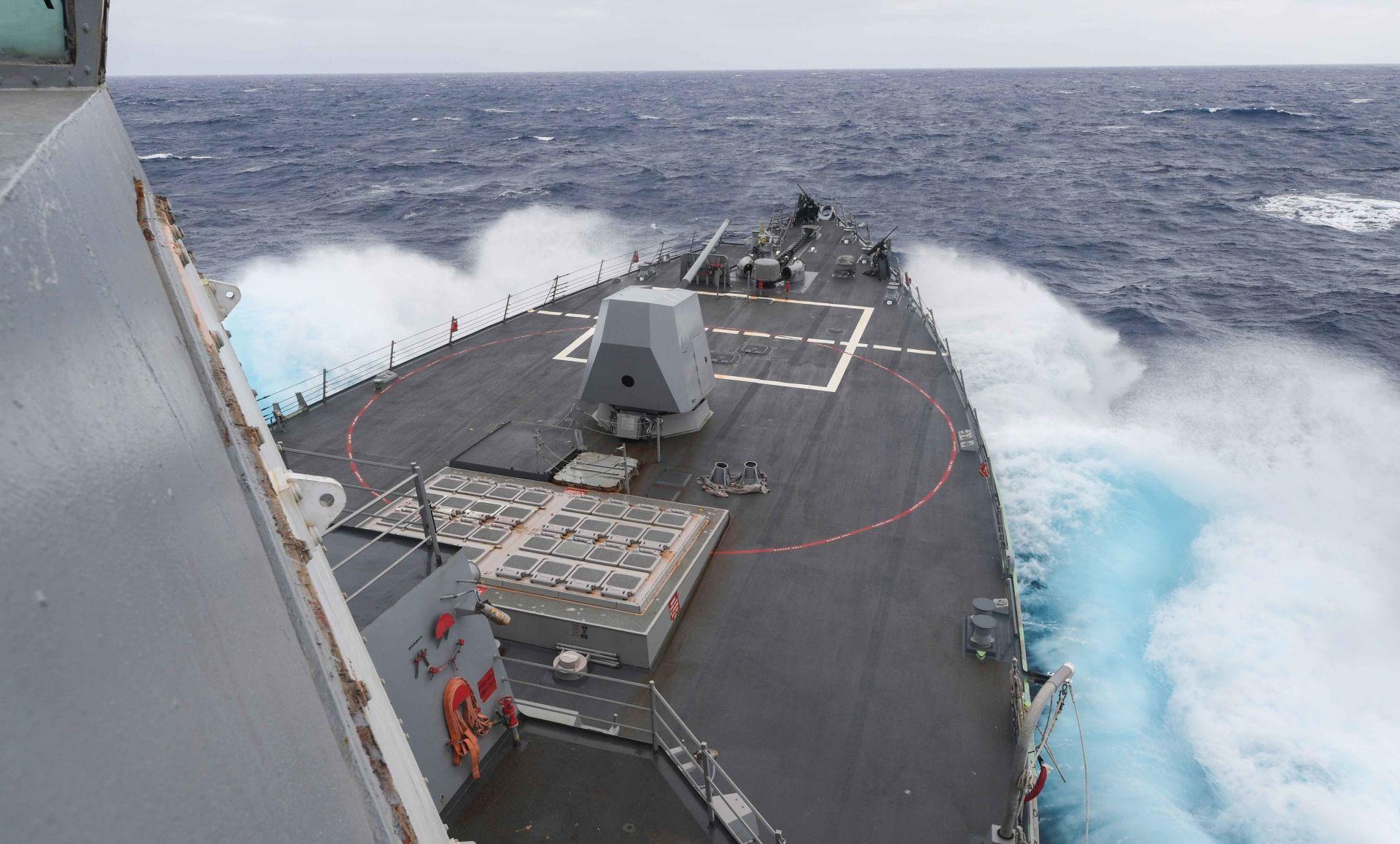 Су-24 выпустил бомбы по курсу эсминца Defender в Черном море
