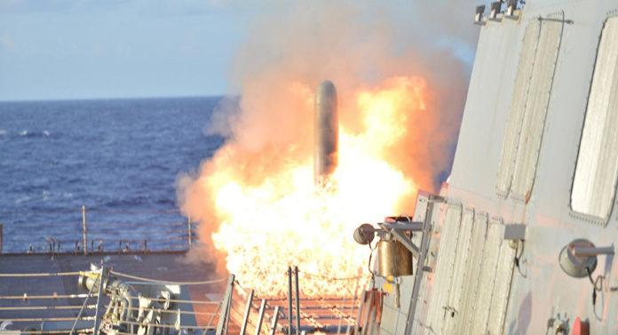 Eine Rakete wird auf einem Kriegsschiff der USA abgefeuert.